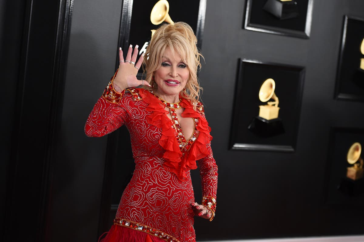 'Vaccine, vaccine': Dolly sings 'Jolene' rewrite before shot